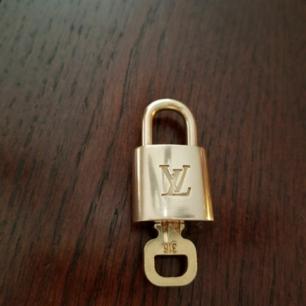 Säljer mitt lv lås, har endast användt som halsband. Bra skick.  Först till kvarn som gäller nu