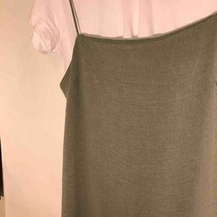 """En jättefin """"khakigrön"""" klänning från HM , aldrig använd av mig, köptes sparsamt använd begagnat, inga synliga fel!💚💚💚(fin att ha t-shirt under) PRISET går att diskutera vid frakt!"""