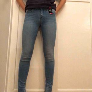 Ett par helt oanvända ljusblå jeans ifrån Tommy Hilfiger!