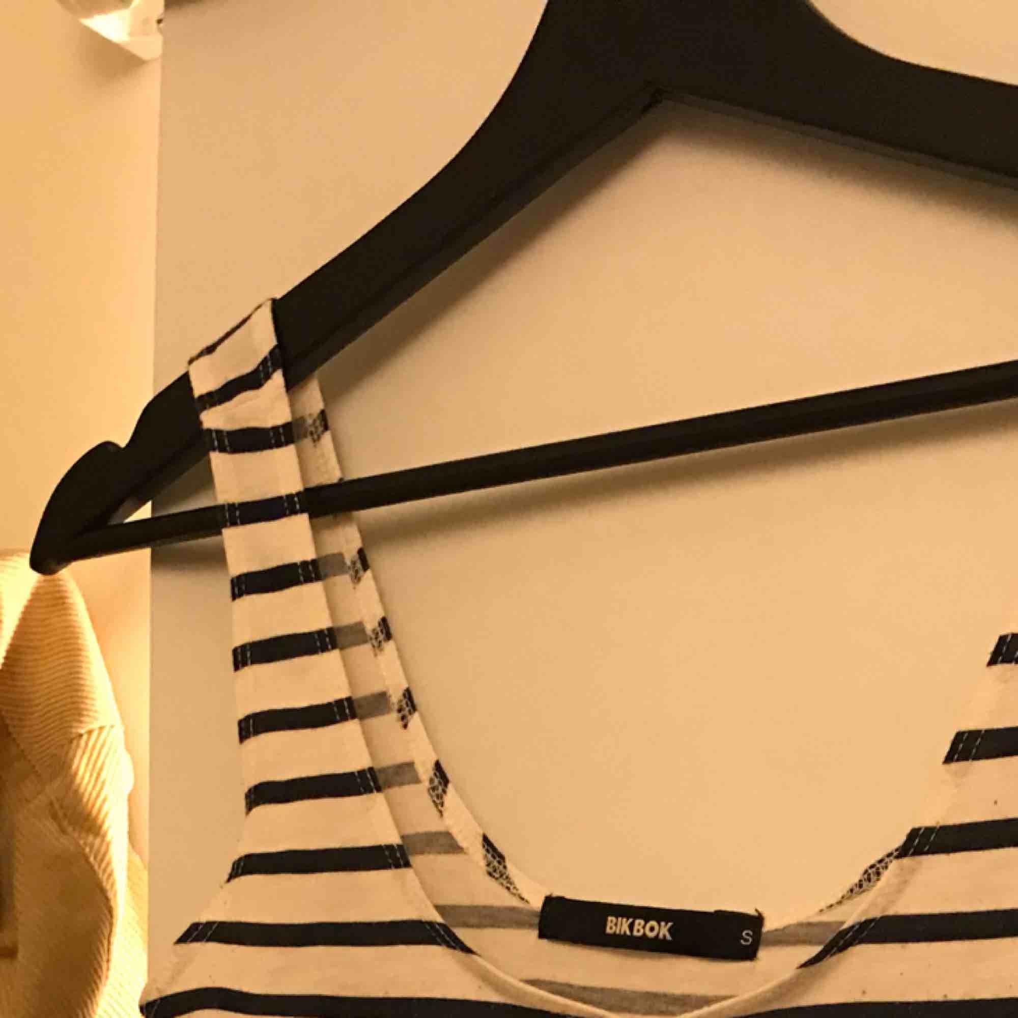 Fint linne från bikbok, använt mycket! Låg frakt ! Strl s , ganska kort! 💙💙💙. Toppar.