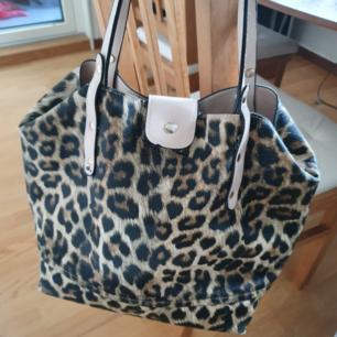 Leopard handväska  Det är lite bläck målningar i väskbotten på insidan