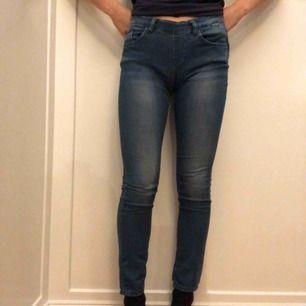 Snygga ljusblå jeans ifrån Tommy Hilfiger och som är i nyskick!
