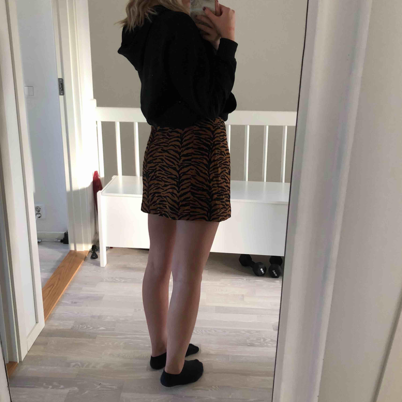 En fin kjol som aldrig är använd, frakt tillkommer.. Kjolar.