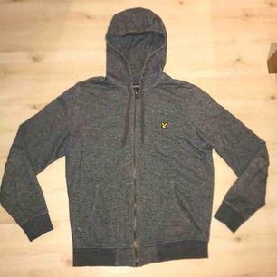 Lyle&scitt zip-hoodie i strlk S. Tröjan är använd och har några år på nacken men det finns inga defekter på den varken hål eller fläckar. Denna hoodie går ej att få tag på som nu och är svår att få tag på begangnad i detta skick.  PRIS EJ HUGGET I STEN