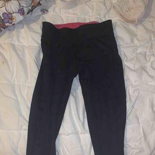 Newbody tränings tights med rosa midja. Säljer på grund av för liten storlek. Kan mötas upp i Stockholm