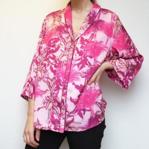 Rosa oversize Hawaii-inspirerad skjorta från Lindex Holly & Whyte i stl M. Frakt 36 kr.