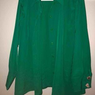 Grön stor och fladdrig skjorta, jätteskön och färgglad💕🙌🏻💕💕