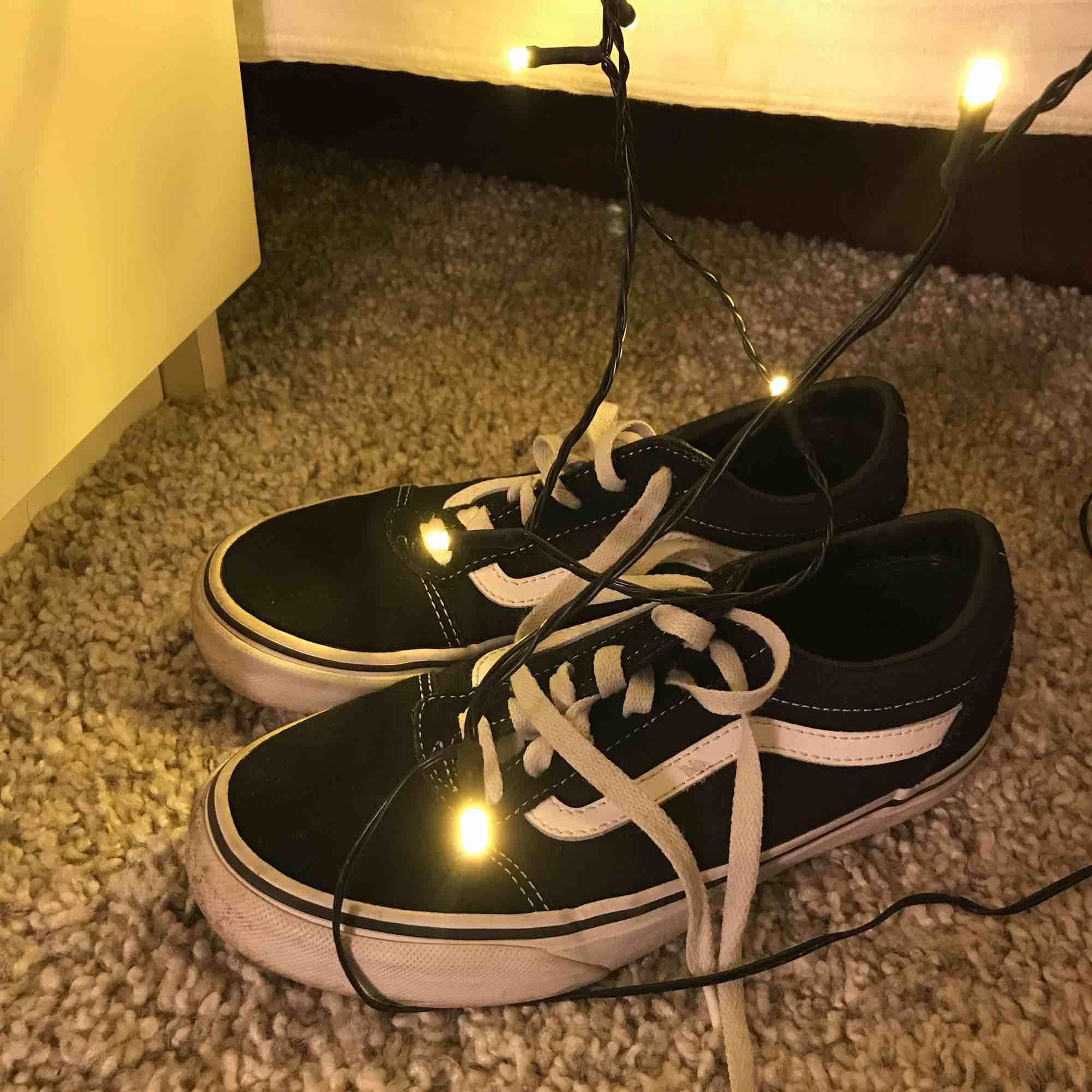 Säljer dessa super coola vans!! Original priset var 800 men nu när de blivit för små säljer jag dem 🎊 kunden står för frakten. Det är använda få gånger och lite av loggan på hälen av skon är borta men annars är de i super skick🥰. Skor.