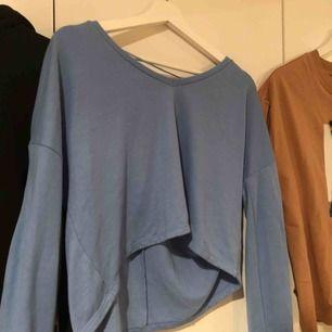 Fin violblå tröja från bikbok, bra skick och knappt använd! V-ring💕