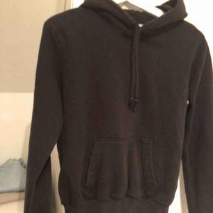 En svart hoodie, jättepraktiskt men för liten för mig därav säljs