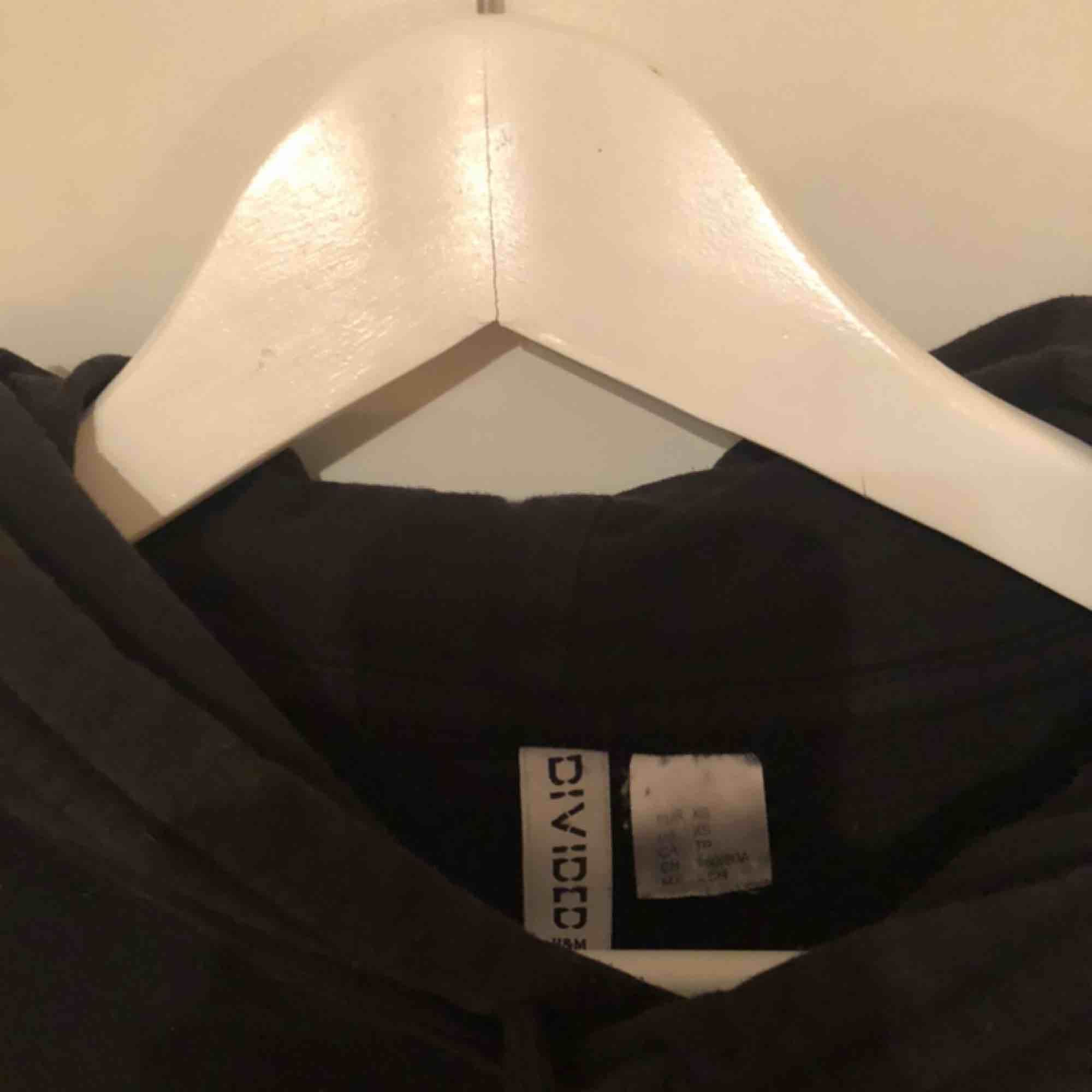 En svart hoodie, jättepraktiskt men för liten för mig därav säljs. Huvtröjor & Träningströjor.