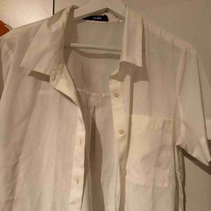 En snygg kortarmad skjorta från bikbok! Aldrig använd och fin till allt💕💕💕💕