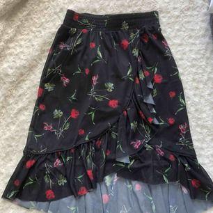 Skitsnygg blommig kjol från NA-KD! Sparsamt använd. Priset kan diskuteras. Frakt tillkommer💘 Kan mötas upp i Trollhättan och Göteborg.