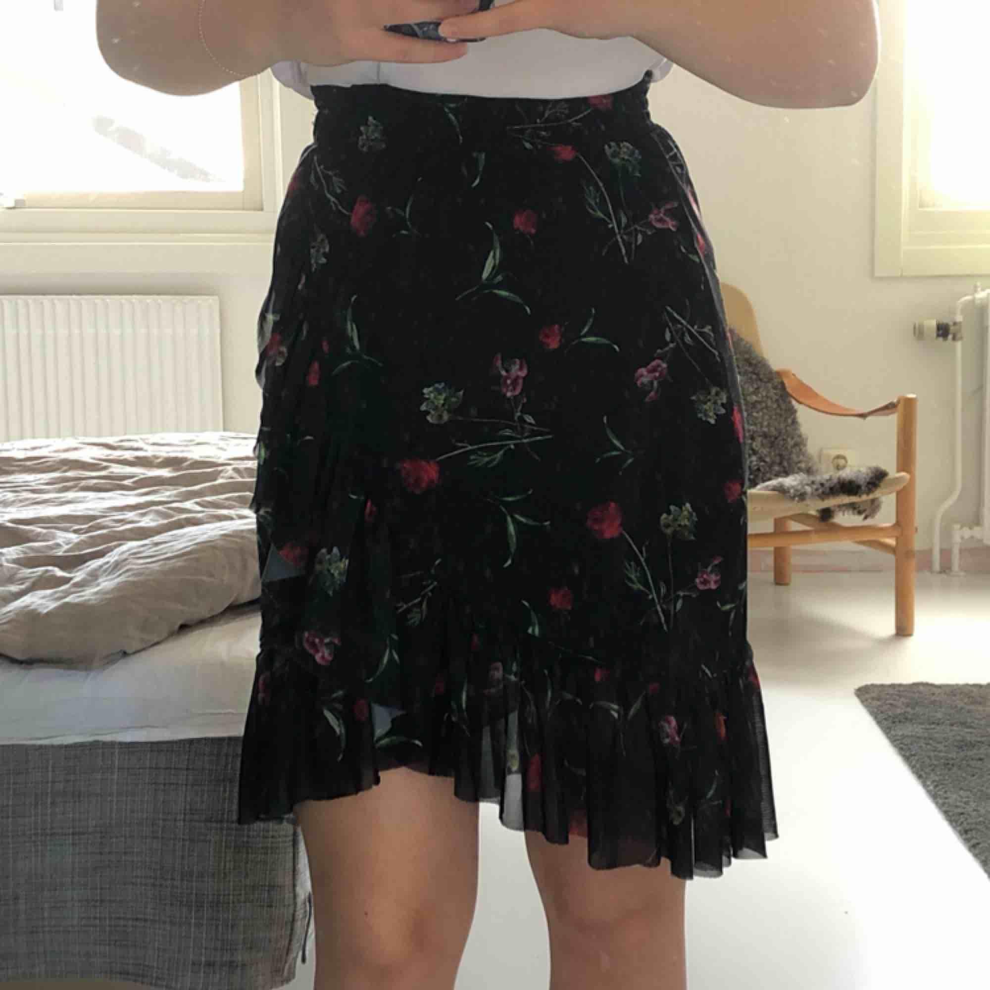 Skitsnygg blommig kjol från NA-KD! Sparsamt använd. Priset kan diskuteras. Frakt tillkommer💘 Kan mötas upp i Trollhättan och Göteborg. . Kjolar.