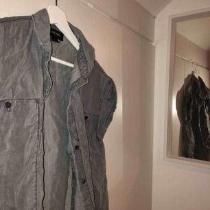 Härlig kortarmad jeansskjorta från monki! Snygg och fräsch till det mesta
