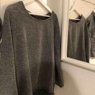 En grå småstickad tröja! Använd och därav priset