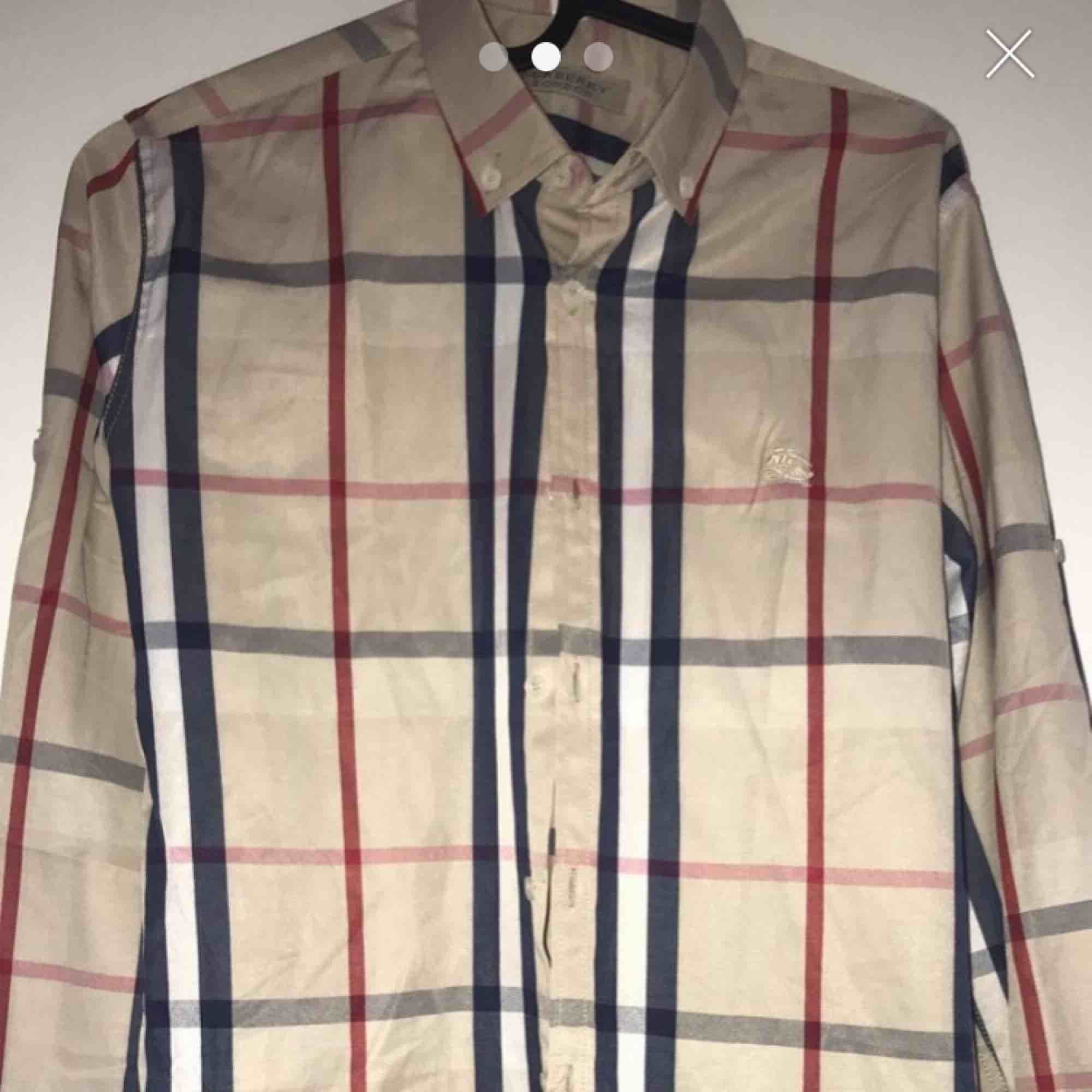 Burberry tröja storlek s/m  Både tjejer och killar och  kan använda  A kopia . Skjortor.