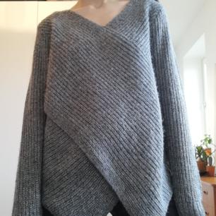 Vila Wrap Match Knit Top i stl S. Grå stickad tröja med omlottskärning gjord i ull/mohair/alpaca-blandning. Frakt 63 kr.