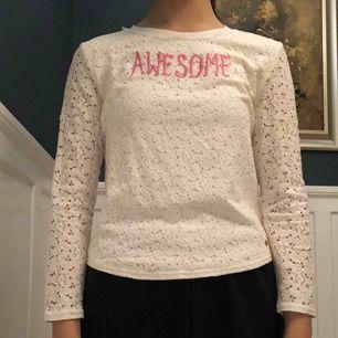 En cool och snygg långärmad blus/tröja ifrån Juicy Couture! Tröjan är är nyskick och är tunn!