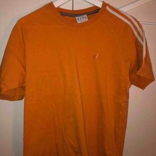 En orange adidas tröja från second hand! Lite vintage och stor i storlek! Streetstilen om du vill ha lite ball stil😎😎