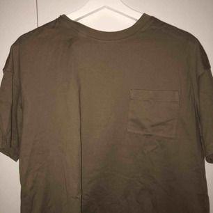 En brun/grön t-shirt
