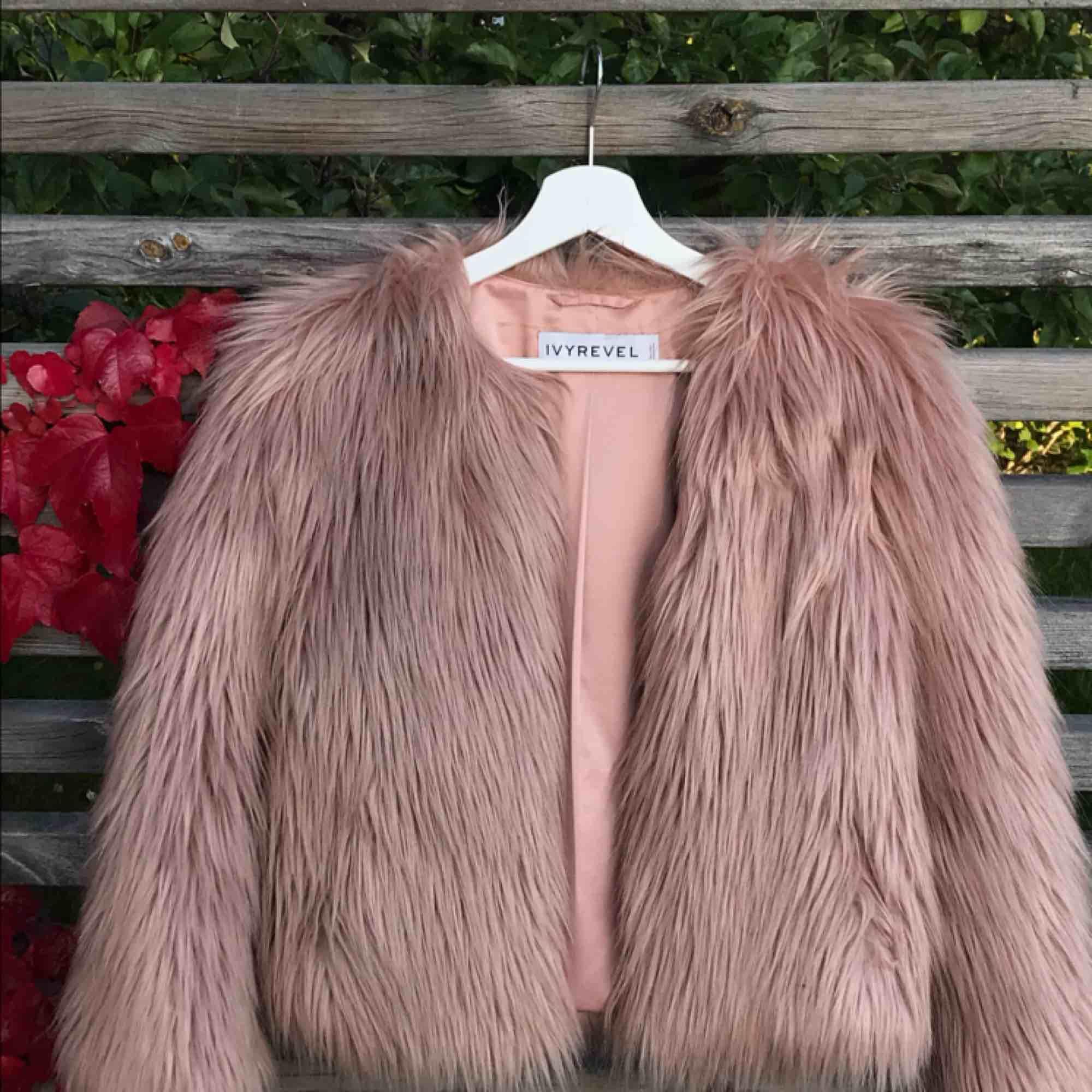 Rosa fluffig jacka från Ivy Revel! Köpt för ca 1200kr i storlek 34. Jackor.