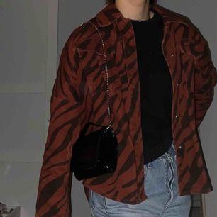 Skitfin trendig jacka fr zara som piffar upp vilken outfit som helst och kan användas till alla tillfällen! Köparen står för frakt!