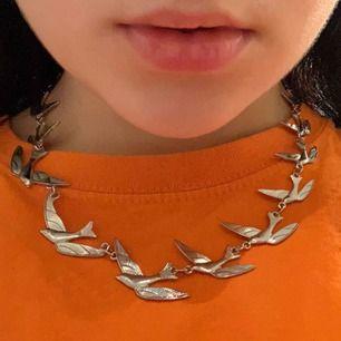 Skitcoolt halsband med fåglar på som jag tyvärr aldrig riktigt fått användning för. Det går att både göra halsbandet kortare och längre beroende på hur man vill att det ska sitta! :) hör av er för mer info
