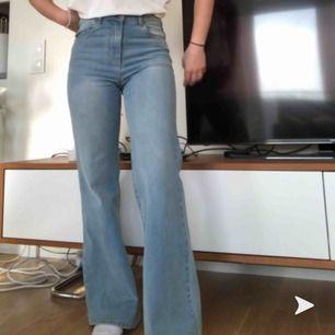jättesnygga jeans köpta från Dr Denim förra våren! Väl använda men fortfarande jättebra skick. Jeansen är uppsydda men får givetvis att sprätta upp utan några problem.