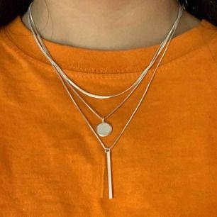 Fint halsband som går att både göra kortare och längre beroende på hur man vill att det ska sitta :) hör av dig för mer info