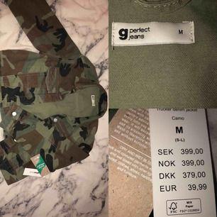Kamouflage jeansjacka från Gina Tricot. (Liten i storleken) Prislappen sitter kvar, orgpris: 399,00 kr Köparen står för frakt💗