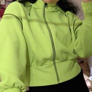 Asball tröja från Zara i neon (mer neon i verkligheten) som används alldeles för lite av mig. Har bara används några gånger dock har den 3 små fläckar vid dragkedjan som säkert går att få bort :) hör av dig för mer info