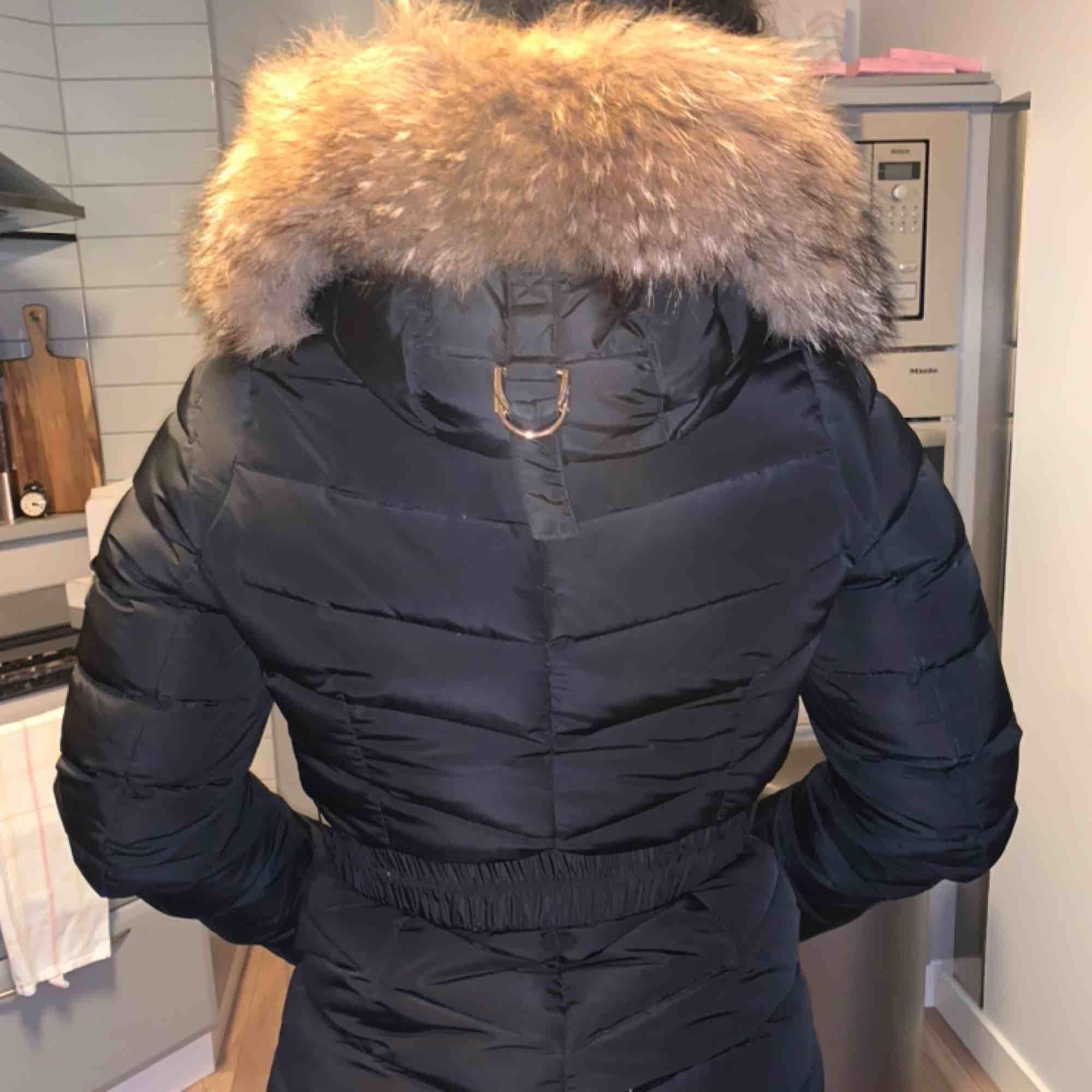 Säljer mina fina jacka då jag köpt en ny!! Pris kan diskuteras. Kvitto medföljer  ÄKTA PÄLS.. Jackor.