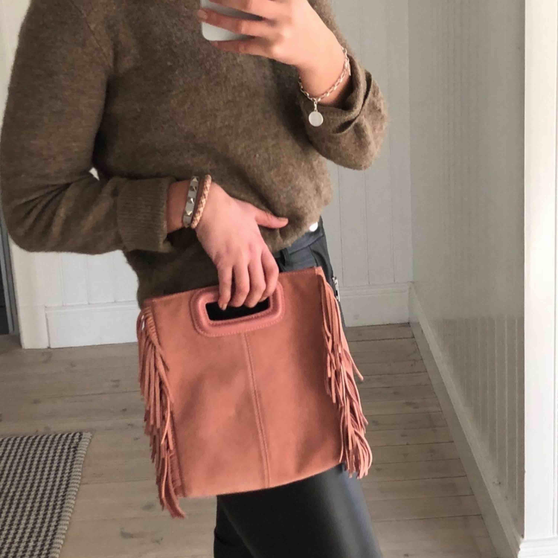 Säljer min superfina Maje väska i mocka 💋💋 Stora modellen! Väskband medföljer Väskan köptes förra månaden för 2500 kr, men kommer tyvärr inte till användning.. Accessoarer.