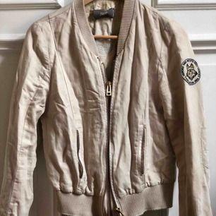 Jättefin jacka från Zadig Voltaire i storlek S. Säljer pågrund av fel storlek... Nypris ligger runt 2500 kronor 🧚♀️💕
