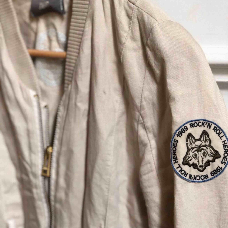 Jättefin jacka från Zadig Voltaire i storlek S. Säljer pågrund av fel storlek... Nypris ligger runt 2500 kronor 🧚♀️💕. Jackor.