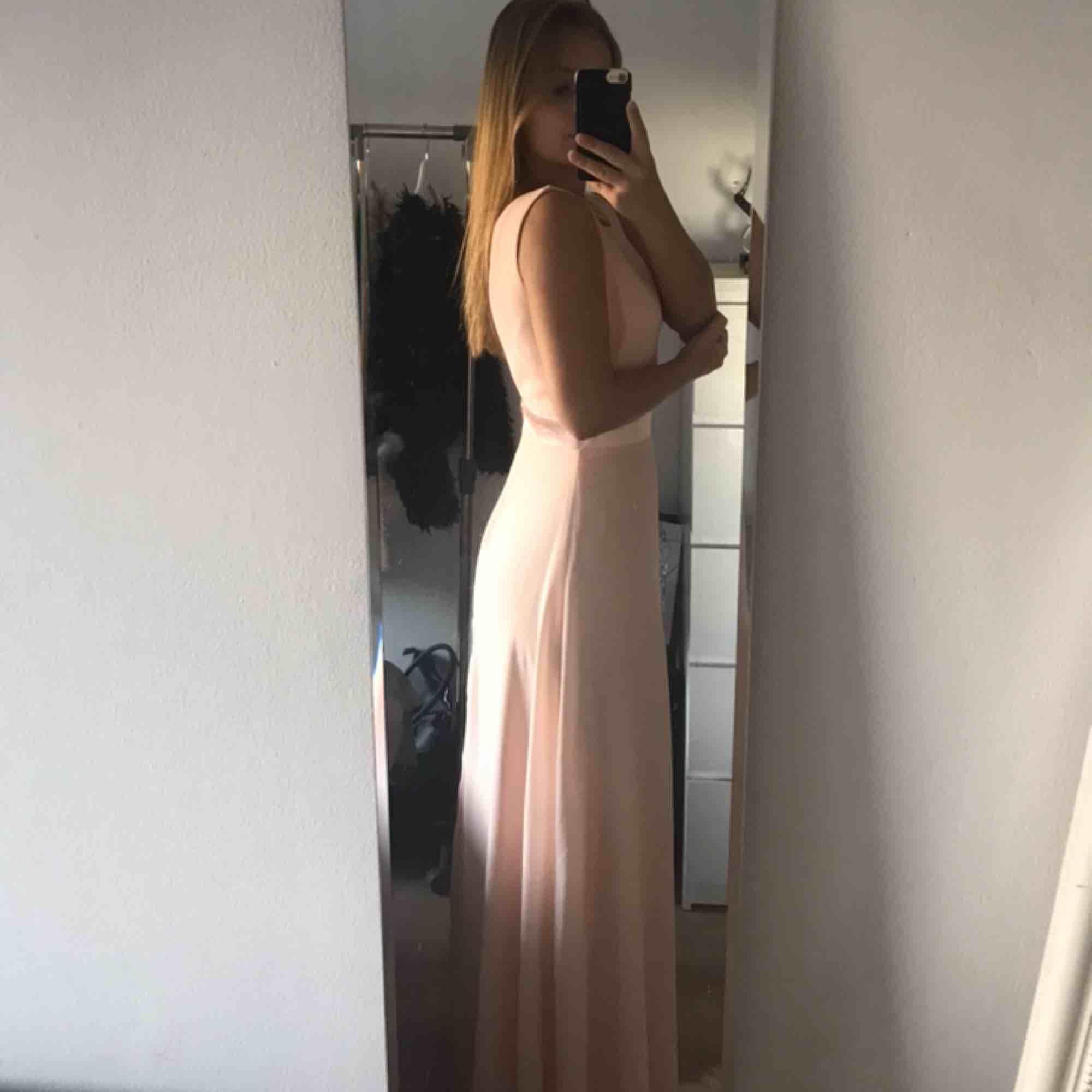 Jättefin ljusrosa balklänning i storlek XS-S. Jag är 157cm och med klackar når den precis ner till marken på mig. Endast använd 1 gång, inga fläckar! Priset är utan frakt, vid frakt tillkommer 63kr.. Klänningar.