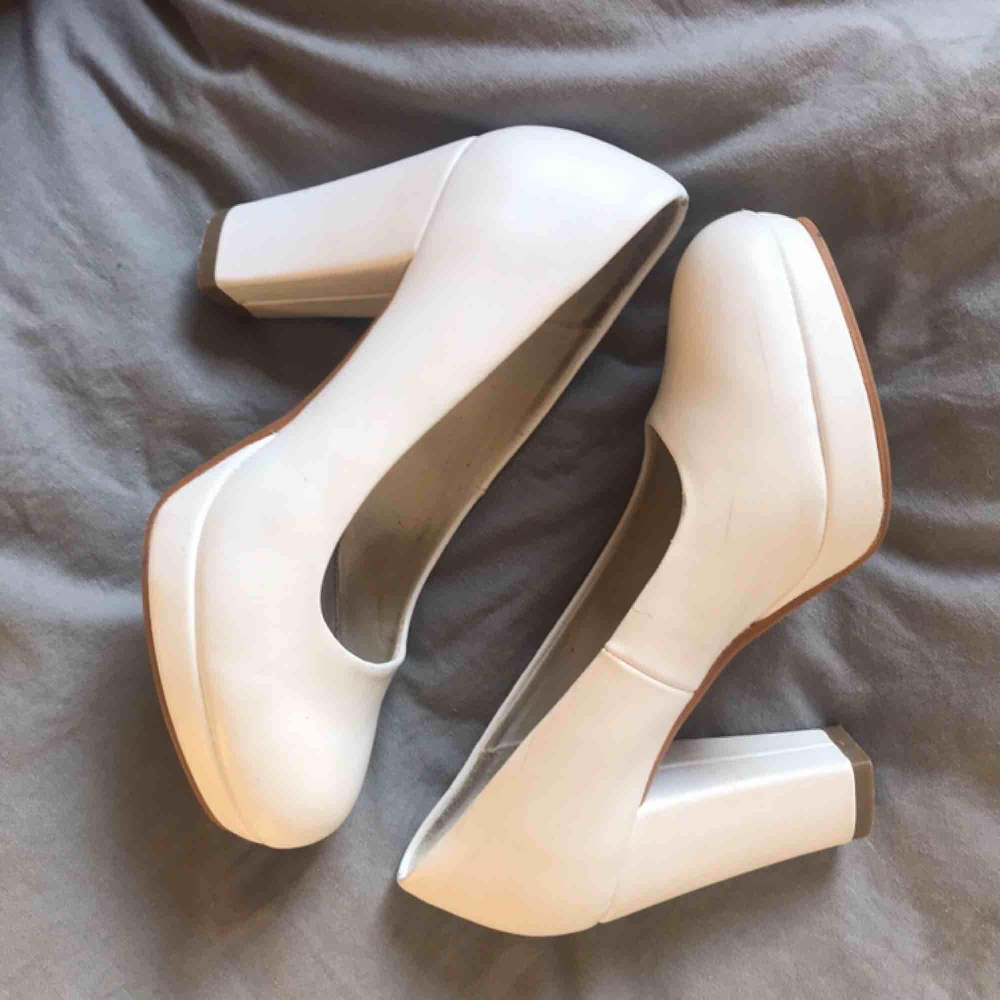 Klackeskor från Din Sko i storlek 36. De är i fint skick men har några repor, använda 2 gånger. Priset är utan frakt!. Skor.