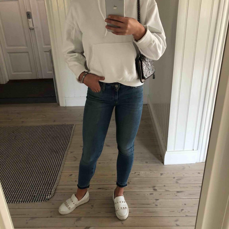 Snygga jeans med stretch från Lee i storlek W28 L33 😉✌🏽🧚♀️ Använda typ två gånger, TOPPSKICK! Nypris: 1200 kr. Jeans & Byxor.