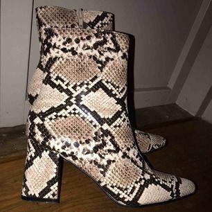 Svin snygga Cleo ankle boots från Ginatricot. Endast använda 1 gång, precis som nya lappen kvar. Nypris 499kr! Säljer för 199!