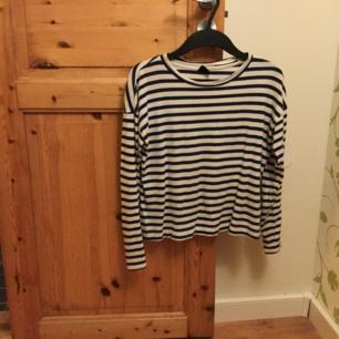 Blåvit randig tröja från Gina Tricot, super söt men tyvärr lite för liten för mig. Strl. Xs. mjukt matrial :)