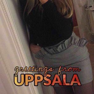 Extremt snygg rutig kjol med snygga volanger upptill😍😍. Säljer då den blivit för liten...