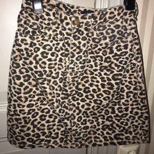 Snygg leopard kjol i jeans material. Använd 3 ggr max.