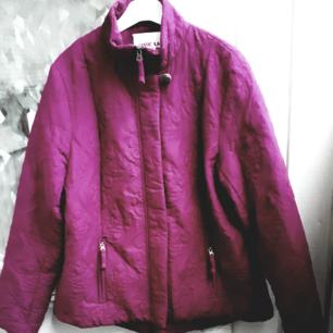 Marc Lauge quitad lila jacka. Storlek M. Mycket spartsamt använt. Fin färg. Köparen betalar frakten.
