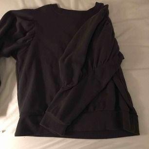 Mörkgrå tröja med ballongärmar. Sjuktsnygg! Mycket fint skick!!!