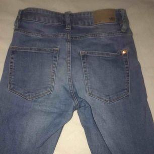 Jeans från Lager 157. Sitter snyggt på!! Formar rumpan snyggt. Bra skick. Sköna jeans!