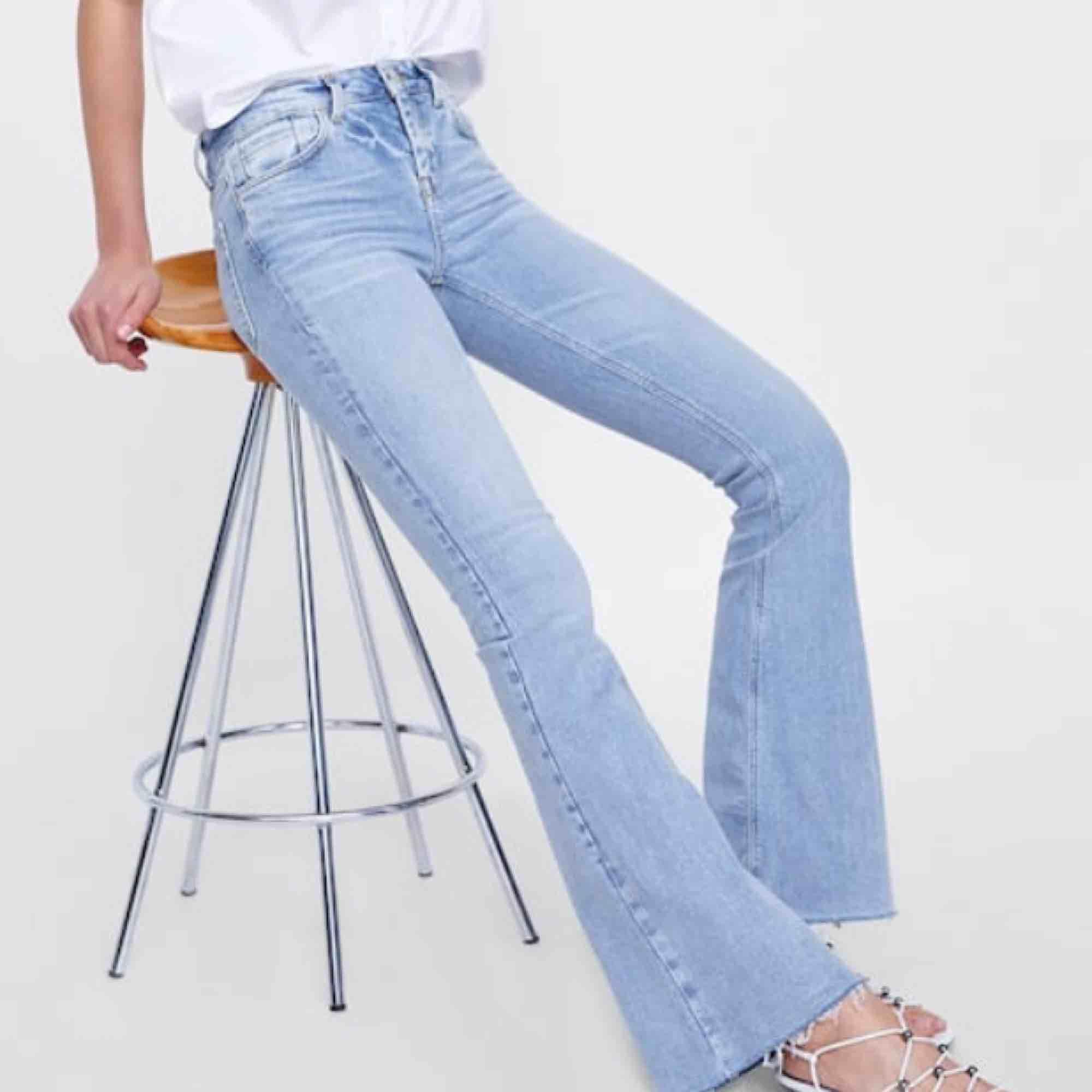 Superfina bootcut jeans från Zara!🥰 Uppsydda för att passa mig som är 160, men går lätt att ta ut!. Jeans & Byxor.