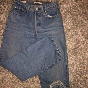 Jättefina Levi's jeans som säljs för de knappt används. Nypris 1195 kr.  Köparen betalar frakten