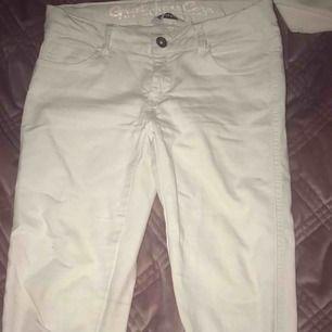 Snygga vita jeans. Säljer då dom tyvärr blivit för små. Formar bakdelen snyggt!💖