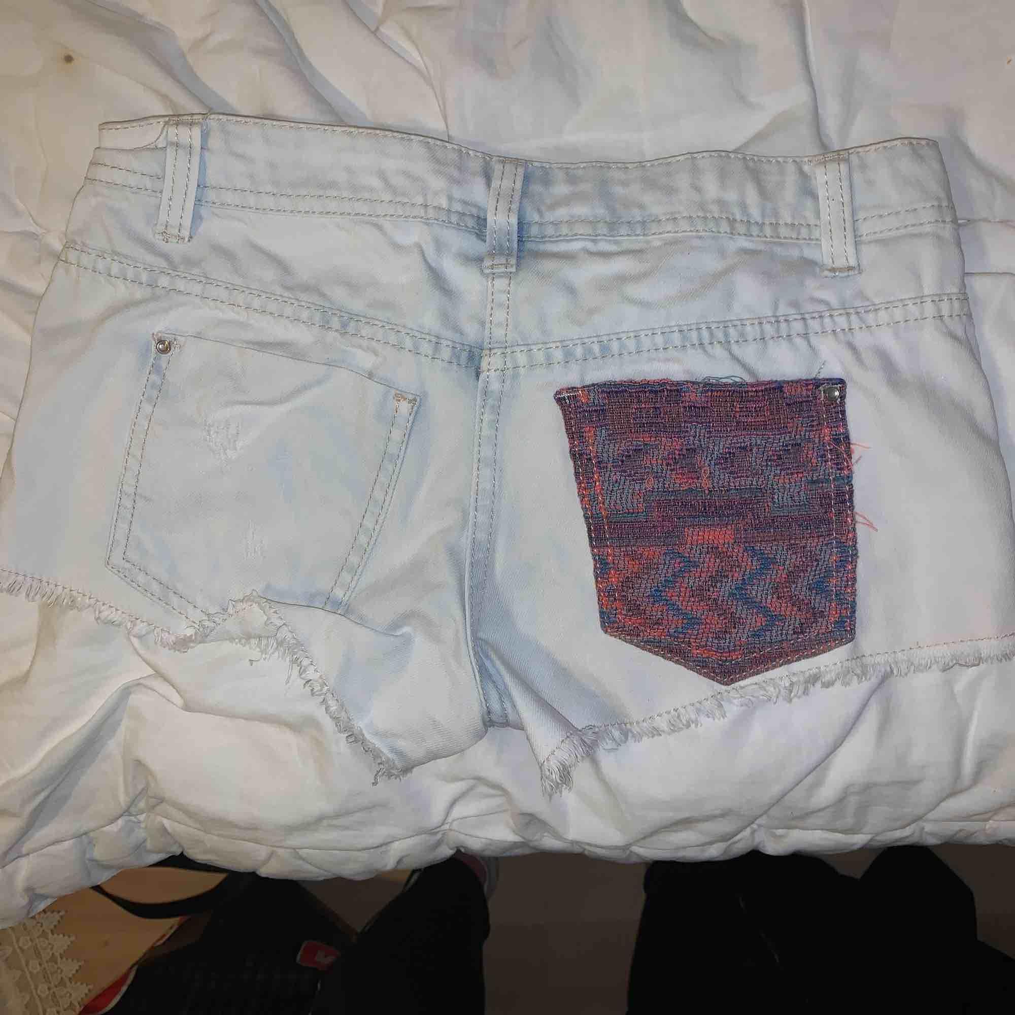 Shorts i storlek XSMALL. Broderade fram och en ficka bak. Högmidjade! . Shorts.